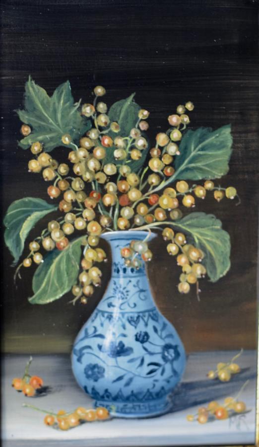 Vase of white currants