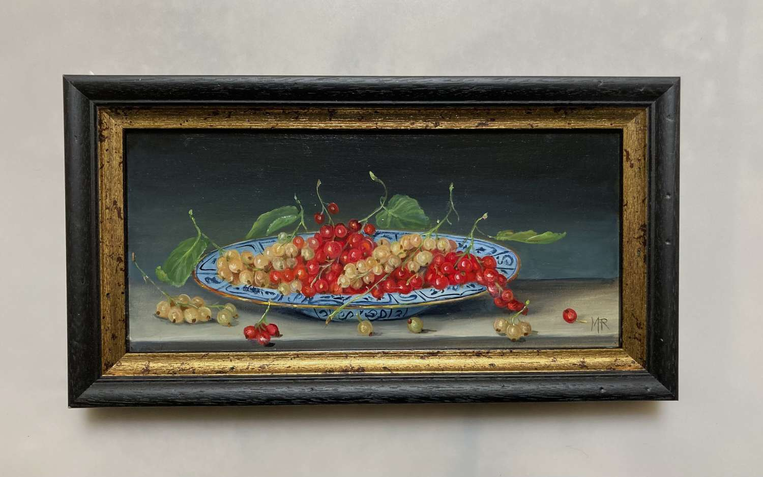 Red and white currants on a plate